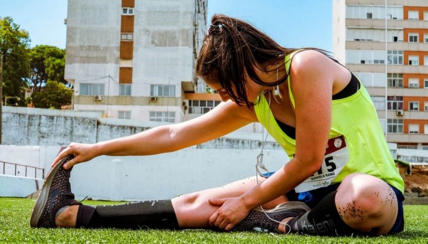 Which stretching technique do experts recommend for general fitness?